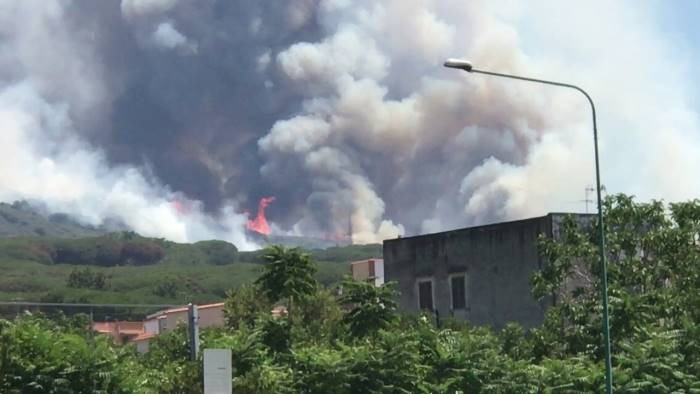fiamme sulle case inferno di fuoco a torre del greco