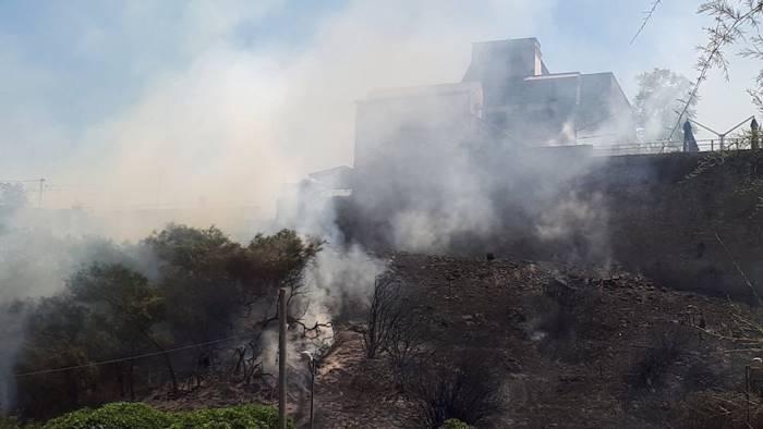 Salerno: fiamme sul Forte La Carnale, traffico bloccato