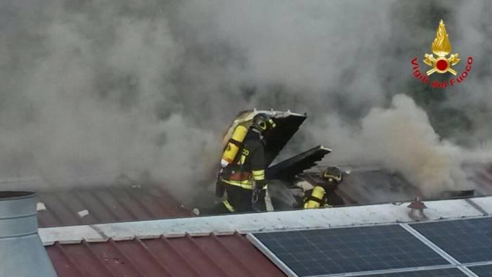 Giugliano: sale su tetto per paura incendio, cede li lucernaio e muore