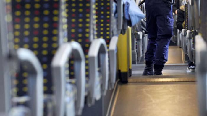 Obbliga ragazze in treno a guardarlo mentre si masturba: arrestato maniaco