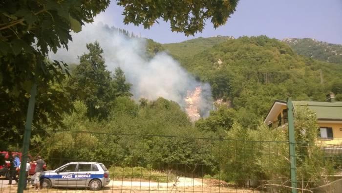 foto fiamme in irpinia bruciano summonte e pietrastornina