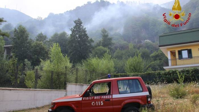 incendi paura a summonte ristorante minacciato dalle fiamme
