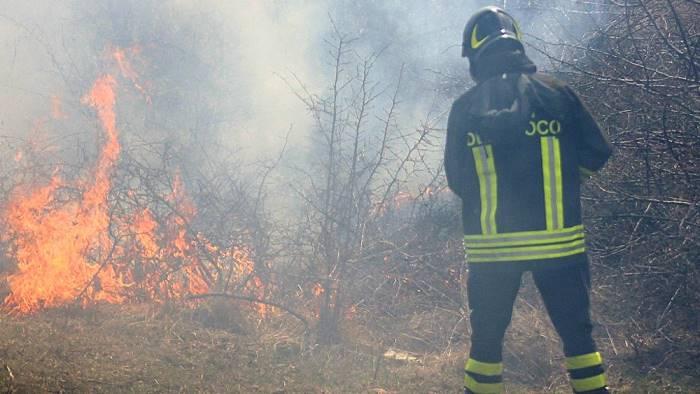 vasto incendio di sterpaglie pompieri e volontari in azione