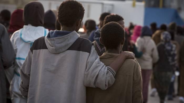 Centro di accoglienza in periferia, migranti bloccano la statale 19