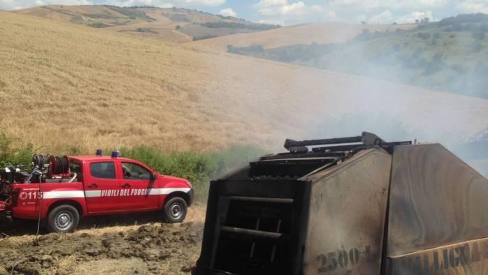 incendio a conza bruciano macchina agricola e paglia