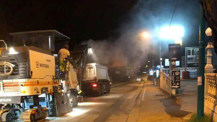 nuovo asfalto di notte l ultimo sprint sulla statale 90