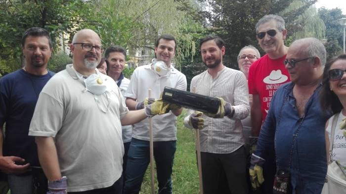 il sindaco toglie i rifiuti dai parchi cittadini abbandonati