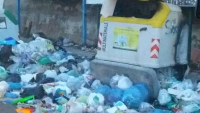 crisi rifiuti parcheggio invaso dalla spazzatura