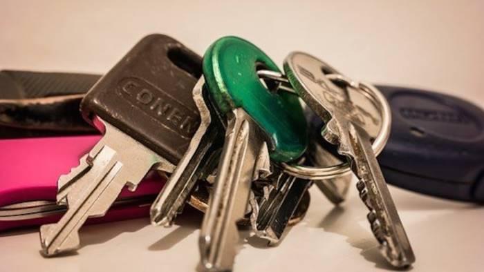 trovati con 27 chiavi per aprire porte blindate denunciati