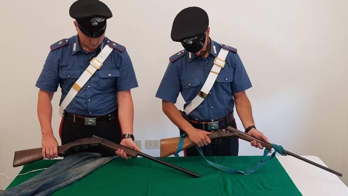nasconde nella stalla due fucili arrestato 35enne