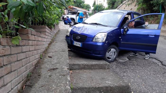 asfalto saponetta auto finisce contro un abitazione ad ariano