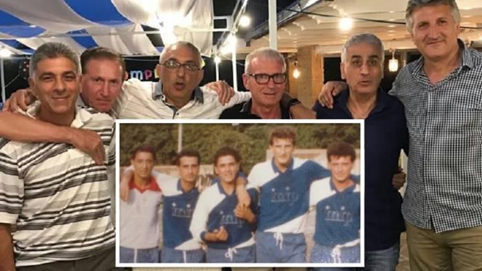 compagni su un campo di calcio insieme dopo 35 anni