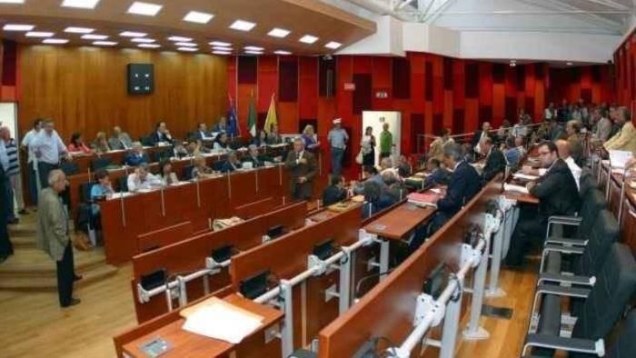 napoli manca il numero legale salta la seduta del consiglio