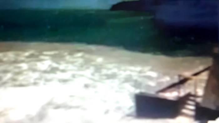 chiazza di terriccio marrone nel mare di posillipo