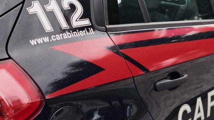 i carabinieri la fermano e butta via la droga segnalata
