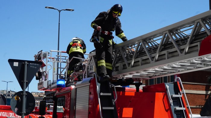 fiamme nel deposito di una rivendita di materiali edili