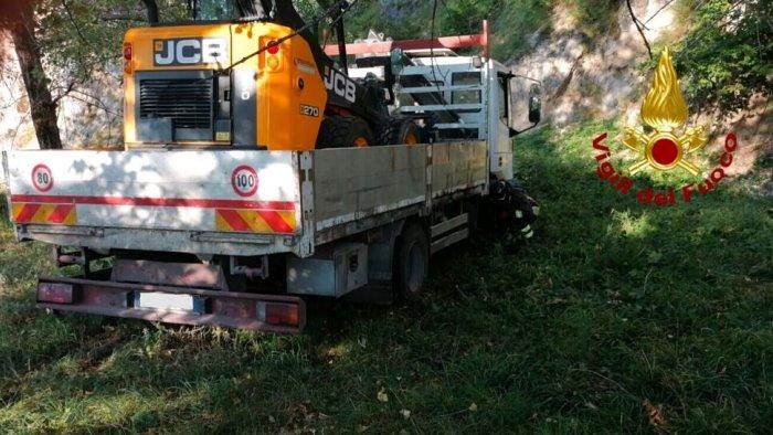camion finisce in un terreno ferito operaio