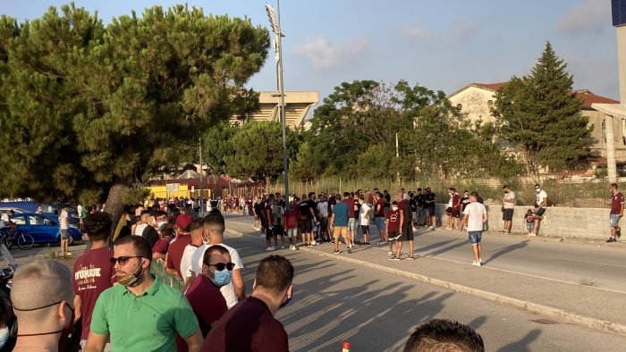 salernitana spezia in 300 attendono il bus granata