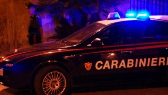 lancia sassi ai carabinieri fermato uno straniero