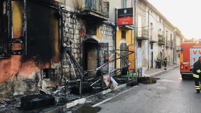 incendio distrugge tende sedie e tavolini di un bar