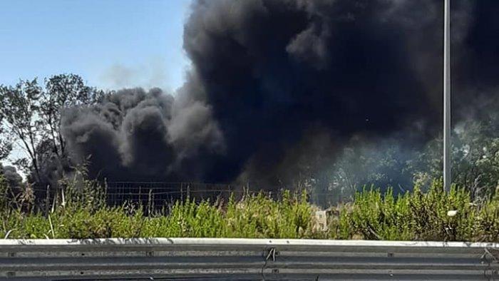 incendio tra eboli e battipaglia in fiamme pneumatici