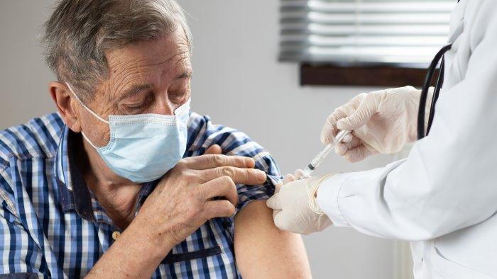 vaccino over 60 a rischio accelerare con la seconda dose
