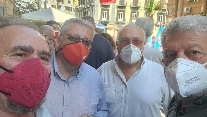 manifestazione dei sindacati davanti alla sede della regione campania