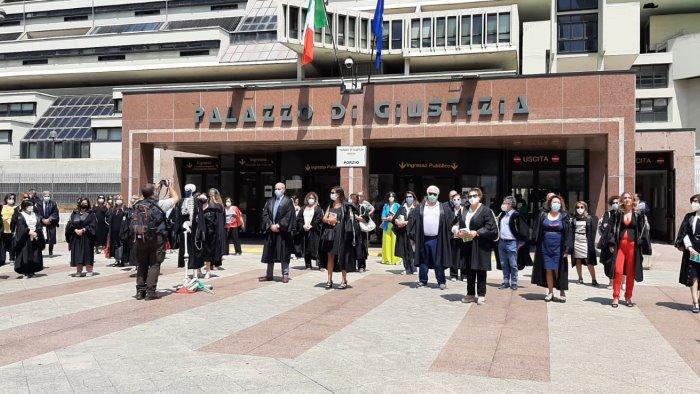 flashmob dei magistrati onorai a napoli per la visita del ministro cartabia