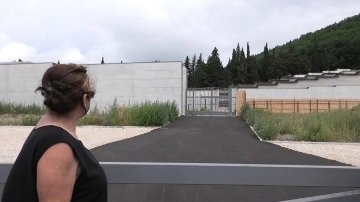 il cimitero nuovo non apre cittadini pronti a barricarsi davanti ai cancelli
