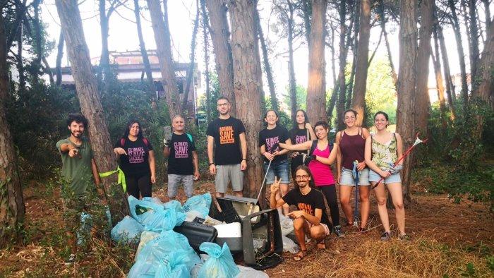 capaccio volontari ripuliscono la pineta scoperta mini discarica tra i rovi