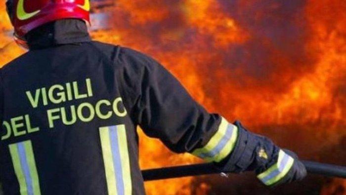 in fiamme azienda nel casertano bruciano 5mila metri quadri