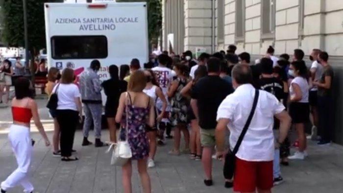 camper del vaccino a via de concilij centinaia di studenti in fila