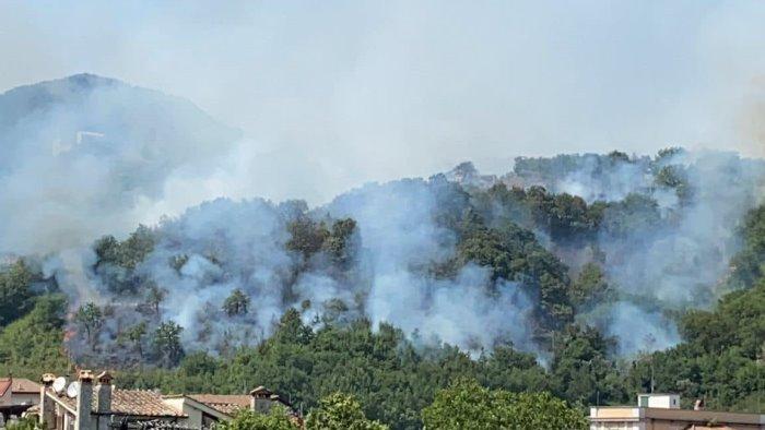 incendio tra pellezzano e coperchia traffico interrotto lungo la sp 27
