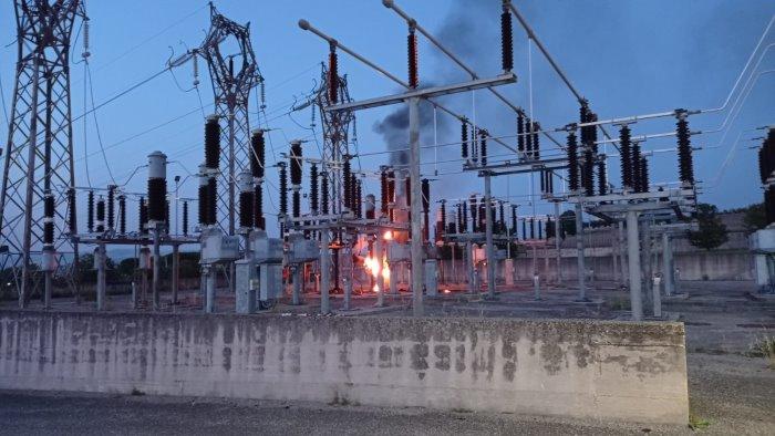 centrale elettrica in fiamme a benevento vigili del fuoco in azione foto