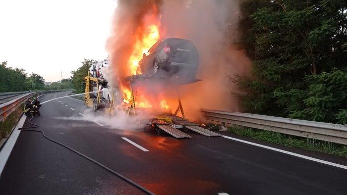 bisarca carica di auto in fiamme danni e raccordo bloccato foto