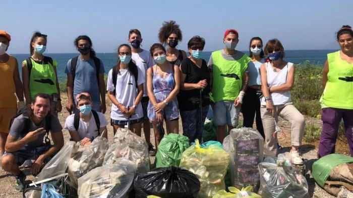 pulizia in spiaggia a salerno raccolti oltre 135 chili di rifiuti