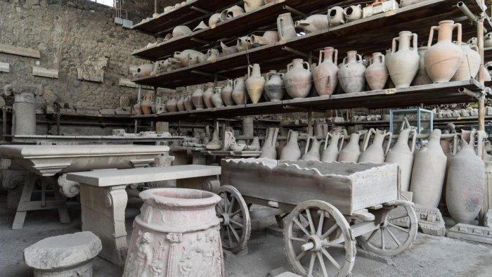 il fascino dei depositi archeologici negli antichi granai di pompei