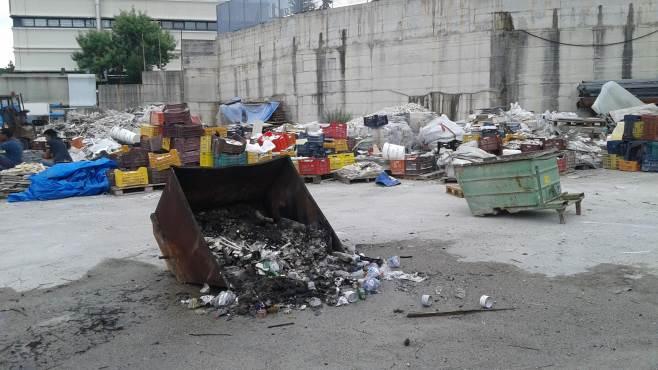 rifiuti abbandonati in strada scatta il sequestro del nipaf