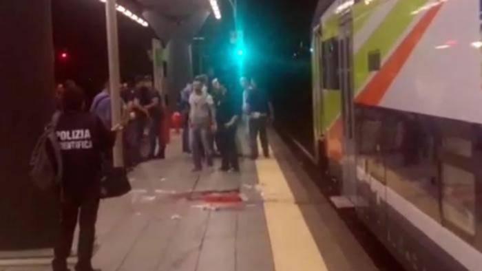 Ancora violenza sui treni, capotreno aggredito: due arresti