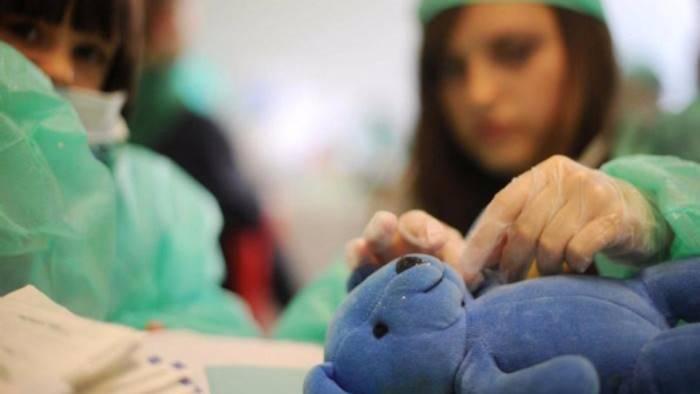 bimba di 5 anni ha cancro al cervello curata per torcicollo