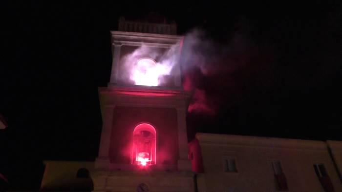 ariano piazza plebiscito gremita per l incendio del campanile