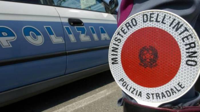Incidente sul raccordo Av - Sa, camion carico di pomodori finisce fuori strada