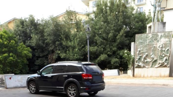 guarda dove il consigliere parcheggia il suv impunito