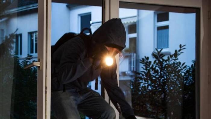 trova i ladri in casa 91enne in coma