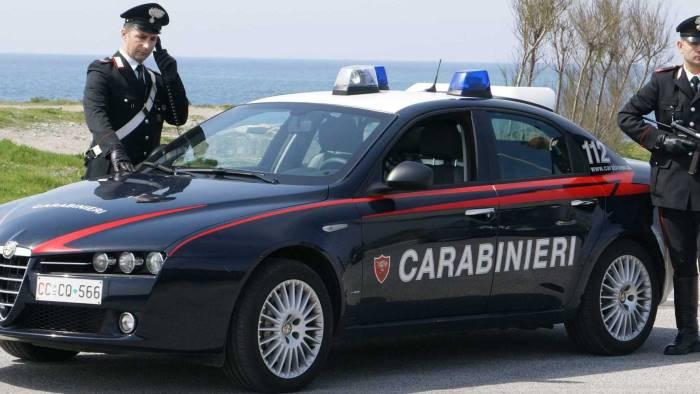 accoltella un uomo al volto identificato dai carabinieri