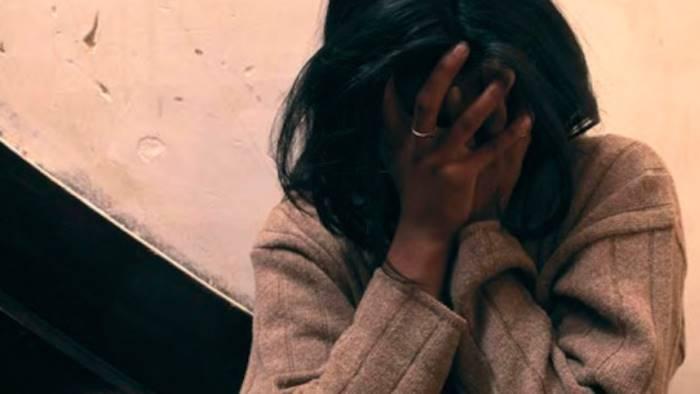 Aggredita, insultata e rapinata donna di colore incinta