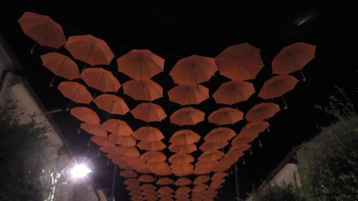 ombrelli sospesi in aria sotto il cielo di savignano video