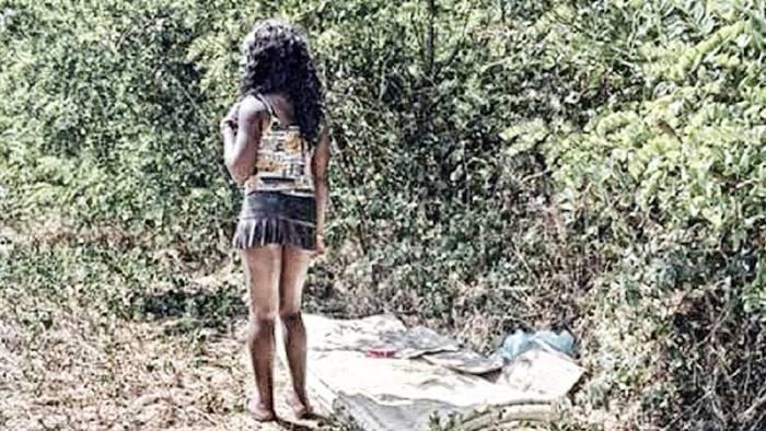 prostitute bambine giocano a nascondino e poi