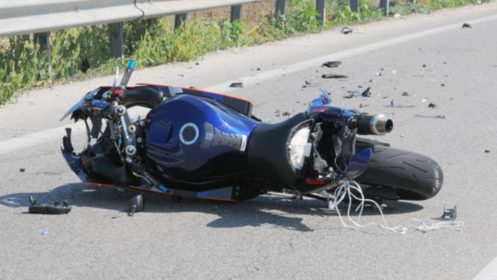 si schianta con la moto muore 30enne