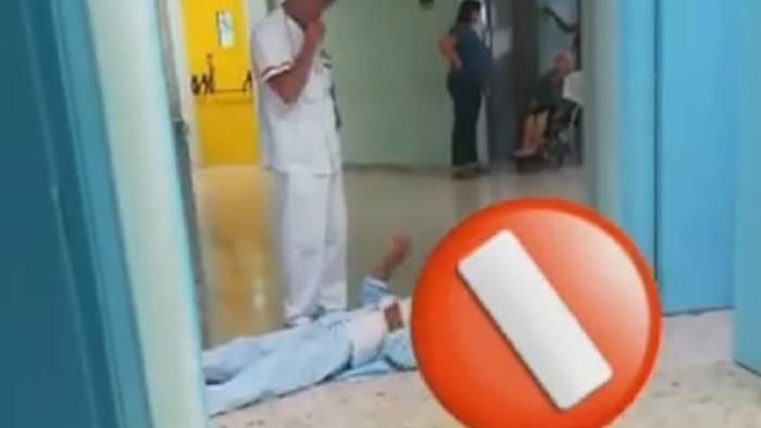 Anziano con il femore rotto protesta sdraiato a terra: le immagini shock